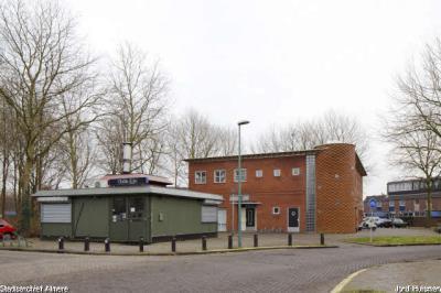 31548 Coffeeshop Chillie Kiki en de moskee aan de Schoolstraat in Almere  Haven, 14-12-2012 (afbeelding)